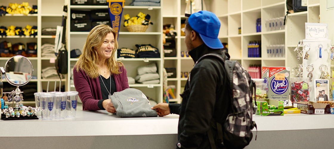 Robin Jacyshyn assisting student in Campus Store